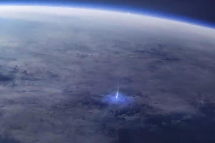 ESA Kısaltmasıyla Bilinen Ajans, Dünyadan Atmosfere Doğru Gitmekte Olan Mavi Işıkların Hayranlık Uyandıran Videosunu Yayınladı.